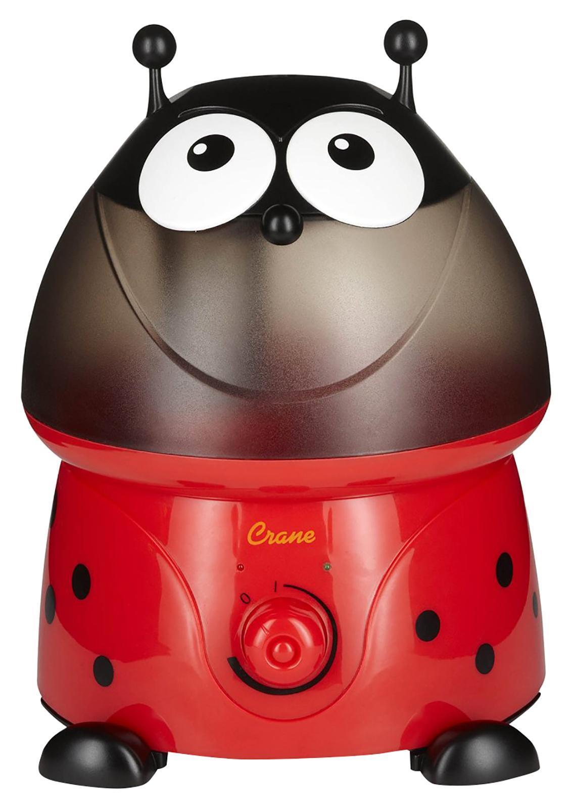Crane EE-8247 Божья коровка увлажнитель воздуха818767010701Ультразвуковой увлажнитель воздуха Божья коровка выполнен в насыщенной красно-черной гамме.Водяной туман выходит из центра головы божьей коровки.Интенсивность выхода пара регулируется при помощи поворотного выключателя.Красный световой индикатор сигнализирует о том, что вода в приборе закончилась.Зеленый световой индикатор сигнализирует о том, что прибор работает.