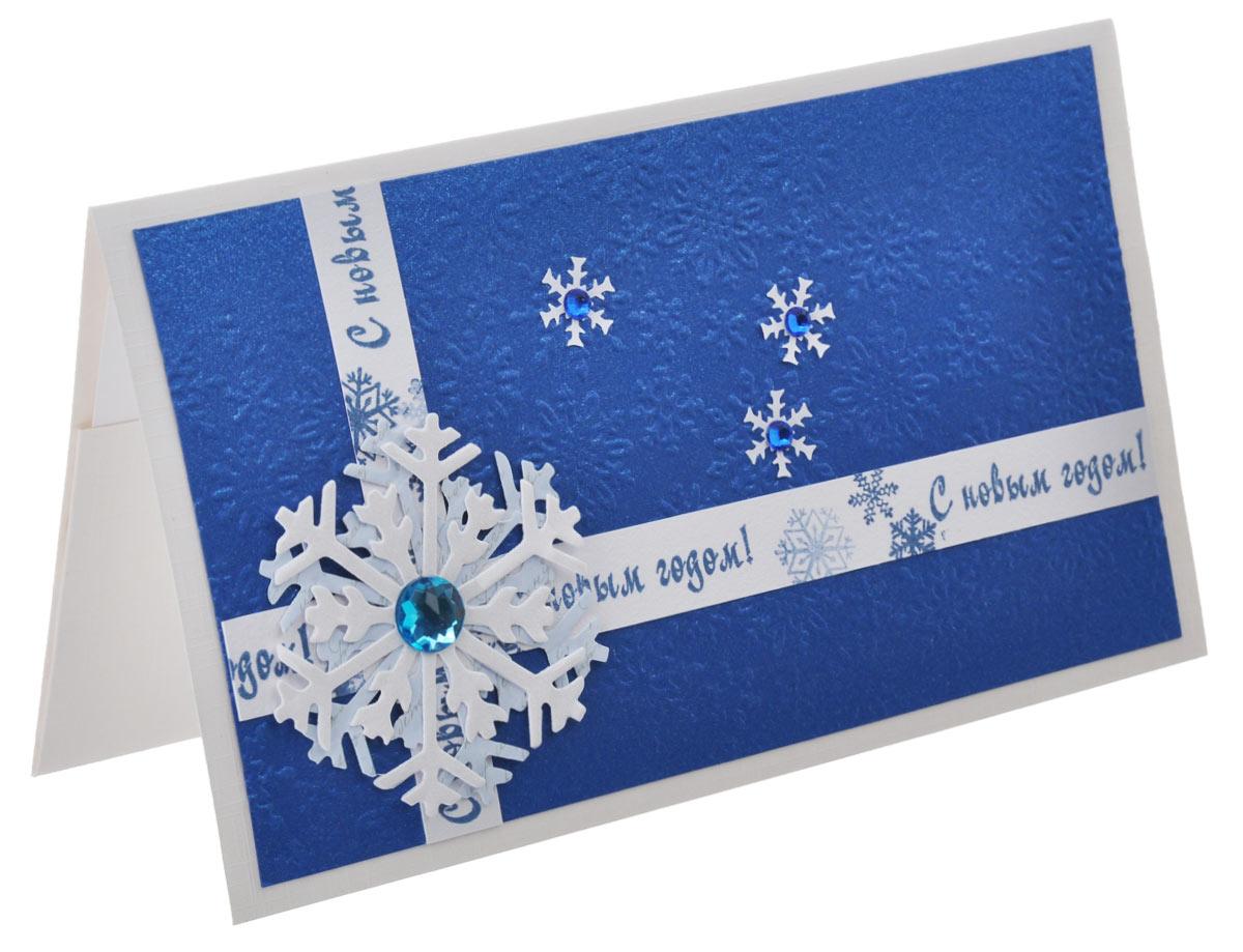 """Открытка-конверт """"С Новым Годом!"""" выполнена из высокохудожественного картона. Открытка-конверт """"С Новым Годом!"""" оформлена тиснением в виде снежинок, бумажными лентами с поздравлениями, на пересечении которых размещена крупная снежинка с блестящим стразом.  Изделие может стать как прекрасным дополнением к вашему подарку, так и самостоятельным подарком, так как открытка одновременно является и конвертом, в который вы можете вложить ваш денежный подарок или подарочный сертификат, или же просто написать ваши пожелания на вкладыше. Открытки ручной работы от студии """"Тетя Роза"""" отличаются своим неповторимым и ярким стилем. Каждая уникальна и выполнена вручную мастерами студии.  Открытка упакована в пакетик для сохранности. Обращаем ваше внимание на то, что открытка может незначительно отличаться от представленной на фото."""