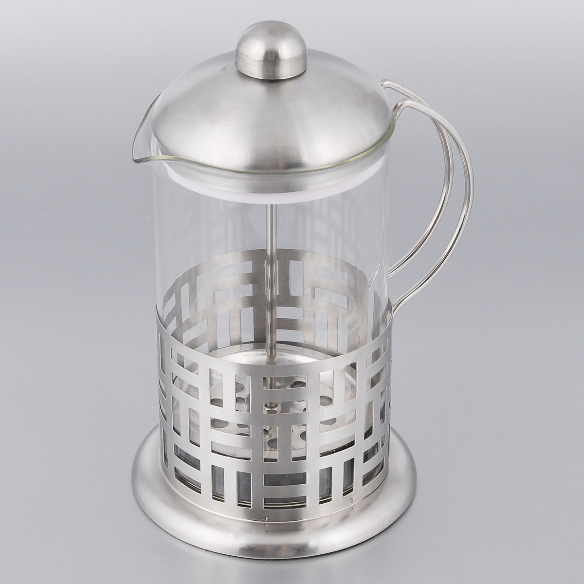 Френч-пресс Bohmann, 800 мл9580BHФренч-пресс Bohmann станет прекрасным выбором для повседневного использования, встречи гостей илинебольших вечеринок. Колба, изготовленная их закаленного стекла, сохранит свежесть и аромат напитка. Аконструкция френч-пресса встроенного в крышку, прекрасно отфильтрует чай и кофе от заварочной гущи. Удобная ручка обеспечит надежную фиксацию в руке. Утолщенный ободок колбы повышает прочность ипродлевает срок службы изделия.Насыпьте чай или кофе в стеклянную колбу, добавьте горячей воды и закройте стакан пресс-фильтром.Подождите 3-5 минут, затем медленно опустите пресс-фильтр до упора. Приятного чаепития! Френч-пресс Bohmann позволит быстро и просто приготовить чай или свежий и ароматный кофе.Объем: 800 мл. Диаметр (по верхнему краю): 10 см.Высота стенки: 17 см.