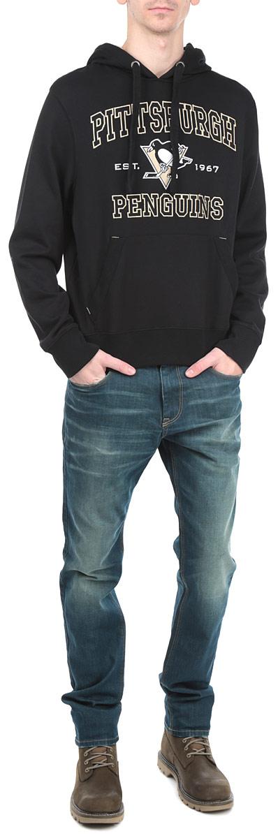 Толстовка мужская NHL Pittsburg Penguins, цвет: черный. 35280. Размер XL (52)35280Теплая толстовка NHL Pittsburg Penguins, изготовленная из высококачественного хлопкового материала с добавлением полиэстера, необычайно мягкая и приятная на ощупь, не сковывает движения, обеспечивая наибольший комфорт. Лицевая сторона гладкая, а изнаночная - с мягким теплым начесом.Толстовка с капюшоном на кулиске спереди имеет вместительный карман-кенгуру. На груди модель оформлена аппликацией в виде эмблемы хоккейного клуба Pittsburg Penguins. Толстовка имеет широкую мягкую резинку по низу, что предотвращает проникновение холодного воздуха, и длинные рукава с широкими эластичными манжетами, не стягивающими запястья. Эта модная и в то же время комфортная толстовка отличный вариант как для активного отдыха, так и для занятий спортом!