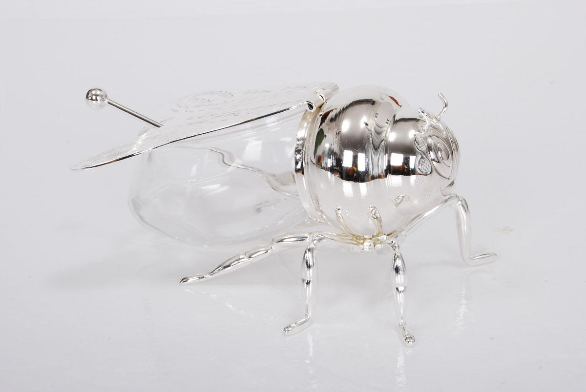 Вазочка для меда Marquis Пчелка, с ложечкой3006-MRВазочка Marquis Пчелка, изготовленная из стекла и стали с серебрено-никелевым покрытием, выполнена в виде очаровательной пчёлки. Крышка вазочки представляет собой крылья пчелки. Лаконичность и изящество форм придает вазочке неповторимую изысканность.Размер вазочки (Д х Ш х В): 13 см х 10 см х 8 см. Длина ложки: 11 см.