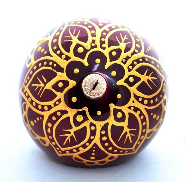 """Новогоднее украшение """"Шапка Мономаха"""" отлично подойдет для украшения вашего дома и новогодней ели. Игрушка выполнена из тонкого стекла в виде шара и декорирована замысловатым орнаментом. Украшение оснащено специальной металлической петелькой, в которую можно продеть нитку или ленту для подвешивания. Елочная игрушка - символ Нового года. Она несет в себе волшебство и красоту праздника. Создайте в своем доме атмосферу веселья и радости, украшая всей семьей новогоднюю елку нарядными игрушками, которые будут из года в год накапливать теплоту воспоминаний."""