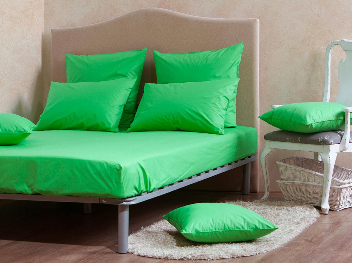 Комплект Mirarossi Gamma di Colori, 2-спальный: простыня, 2 наволочки 50х70, цвет: зеленый160п-ПНР-2MRКомплект постельного белья Mirarossi из коллекции Gamma di Colori выполнен из ткани перкаль, произведенной из натурального 100% хлопка. Ткань приятная на ощупь, при этом она прочная, хорошо сохраняет форму и легко гладится. Комплект состоит из простыни на резинке и двух наволочек. Такой комплект белья идеальный вариант для обладателей современных кроватей с матрасными блоками высотой от 15 до 30 см. Простыня прошита резинкой с двух сторон, что обеспечивает более комфортный отдых, так как она прочно удерживается на матрасе и избавляет от необходимости часто ее поправлять.Благодаря такому комплекту постельного белья вы создадите неповторимую атмосферу в вашей спальне. Простыня подходит для матраса размером 200 см х 160 см. Размер простыни: 212 см х 166 см х 25 см. Плотность ткани: 135 гр/м2.