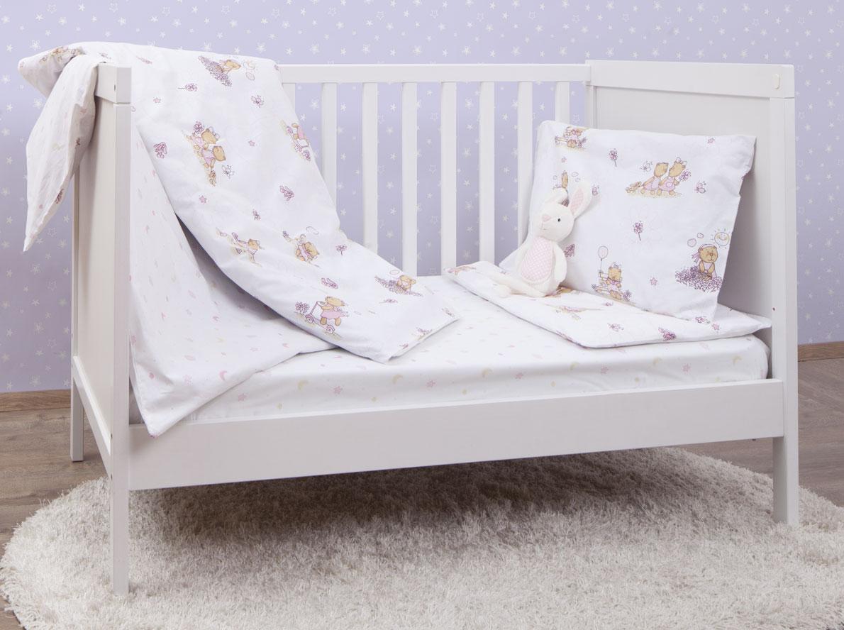 MIRAROSSI Комплект детского постельного белья Bambine Pink10р-MR-дКомплект постельного белья Mirarossi Bambine Pink, состоящий из наволочки, простыни и пододеяльника, выполнен из качественного ранфорса специально для детских кроваток. Комплект постельного белья украшен рисунками с забавными медвежатами. Комплект с удобной простыней на резинке рассчитан специально для малышей от 0 до 4 лет. Ранфорс - очень плотная ткань, получаемая в результате полотняного переплетения крученых нитей хлопка. Несмотря на повышенную плотность, этот материал отличается необыкновенной мягкостью и шелковистой фактурой. Высокая плотность материала обеспечивает его долговечность и способность выдерживать многочисленные стирки на протяжении многих лет. Белье при этом продолжает оставаться все таким же ярким и привлекательным, поскольку ранфорс не линяет, не скатывается и не садится. Такой комплект идеально подойдет для кроватки вашего малыша. На нем ребенок будет спать здоровым и крепким сном.
