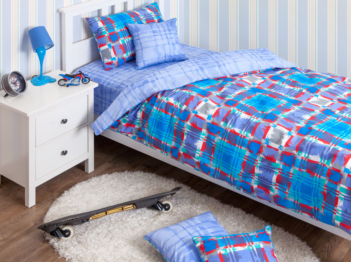 Хлопковый Край Комплект детского постельного белья Geometry Blue 1,5-спальный пододеяльник 140 х 205140р-50ХК-дКомплект детского постельного белья Хлопковый Край Geometry Blue, состоящий из наволочки, простыни и пододеяльника, выполнен из качественного ранфорса. Комплект постельного белья украшен ярким сине-красно-голубым принтом в крупную клетку. Ранфорс - очень плотная ткань, получаемая в результате полотняного переплетения крученых нитей хлопка. Несмотря на повышенную плотность, этот материал отличается необыкновенной мягкостью и шелковистой фактурой. Высокая плотность материала обеспечивает его долговечность и способность выдерживать многочисленные стирки на протяжении многих лет. Белье при этом продолжает оставаться все таким же ярким и привлекательным, поскольку ранфорс не линяет, не скатывается и не садится. Такой комплект идеально подойдет для кроватки вашего малыша. На нем ребенок будет спать здоровым и крепким сном.
