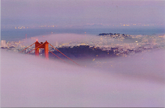 The Foggy Golden Gate. ОткрыткаA-028Дизайнерская открытка. На лицевой стороне находится фотография города Сан-Франциско. Мост Золотые Ворота, который окутанный плотным туманом.Автор фотографии один из ведущих фотографов KitLeong, который находит интересные сюжет в разных уголках мира. Размер открытки: 9.8 х 14.7 см.Тираж открытки ограничен.