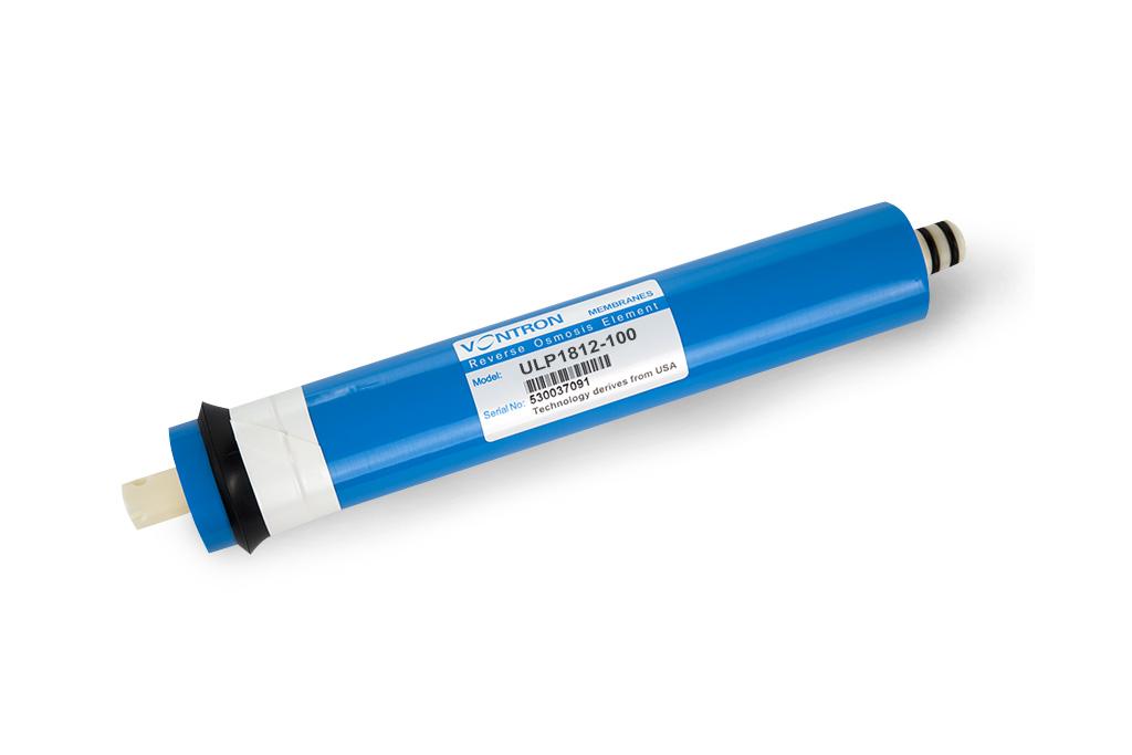 Обратноосмотическая мембрана Vontron предназначена для высококачественной очистки воды. Удаляет ржавчину, соли тяжелых металлов, хлор, запах, привкус, накипь, органику, ядохимикаты, нитриты, микробов, радионуклеиды, и другие примеси на 99%. Мембрана – это специально изготовленная полимерная плёнка (Полиамидная тонкопленочная композитная), которая свернута в рулон. Этот полимер образован из двух слоев, неразрывно соединенных между собой. Сменный рулонный обратноосмотический мембранный элемент предназначен для ультратонкой очистки воды от ионов растворенных примесей, солей жесткости, органических и микробиологических загрязнений в системах обратного осмоса. Качественная очистка требует некоторого времени, поэтому производительность у обратноосмотических фильтров относительно не большая. Скорость прохождения молекул через мембрану зависит от ряда факторов, важнейшими из которых являются давление жидкости, концентрация в ней примесей, температура и степень проницаемости самой мембраны обратного осмоса. Срок службы мембраны сильно зависит от качества исходной воды и качества ее предварительной очистки. Материал, из которого делают мембраны, боится действия окислителей, например остаточного хлора. Плохо влияют на срок службы мембраны высокая жесткость воды и высокое содержание железа.