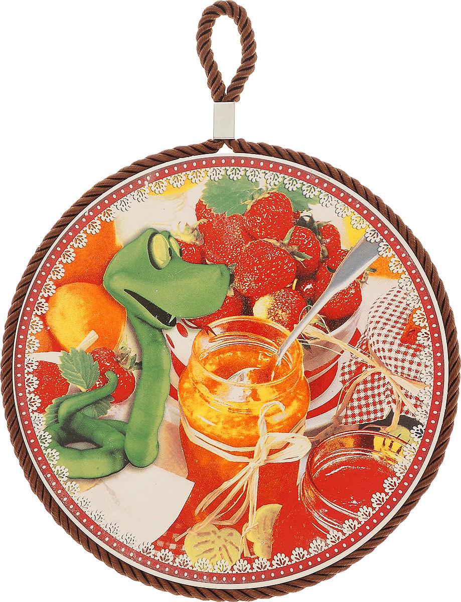 """Подставка под горячее Saguro """"Змейка-сластена"""", выполненная из высококачественного фарфора, идеально  впишется в интерьер современной кухни.   Дно, выполненное из пробки, не даст подставке скользить по поверхности стола. Изделие оснащено  текстильной петелькой для подвешивания и оформлено красочным рисунком.  Каждая хозяйка знает, что подставка под горячее - это незаменимый и очень полезный аксессуар на каждой  кухне. Ваш стол будет не только украшен оригинальной подставкой, но и сбережен от  воздействия высоких температур ваших кулинарных шедевров."""