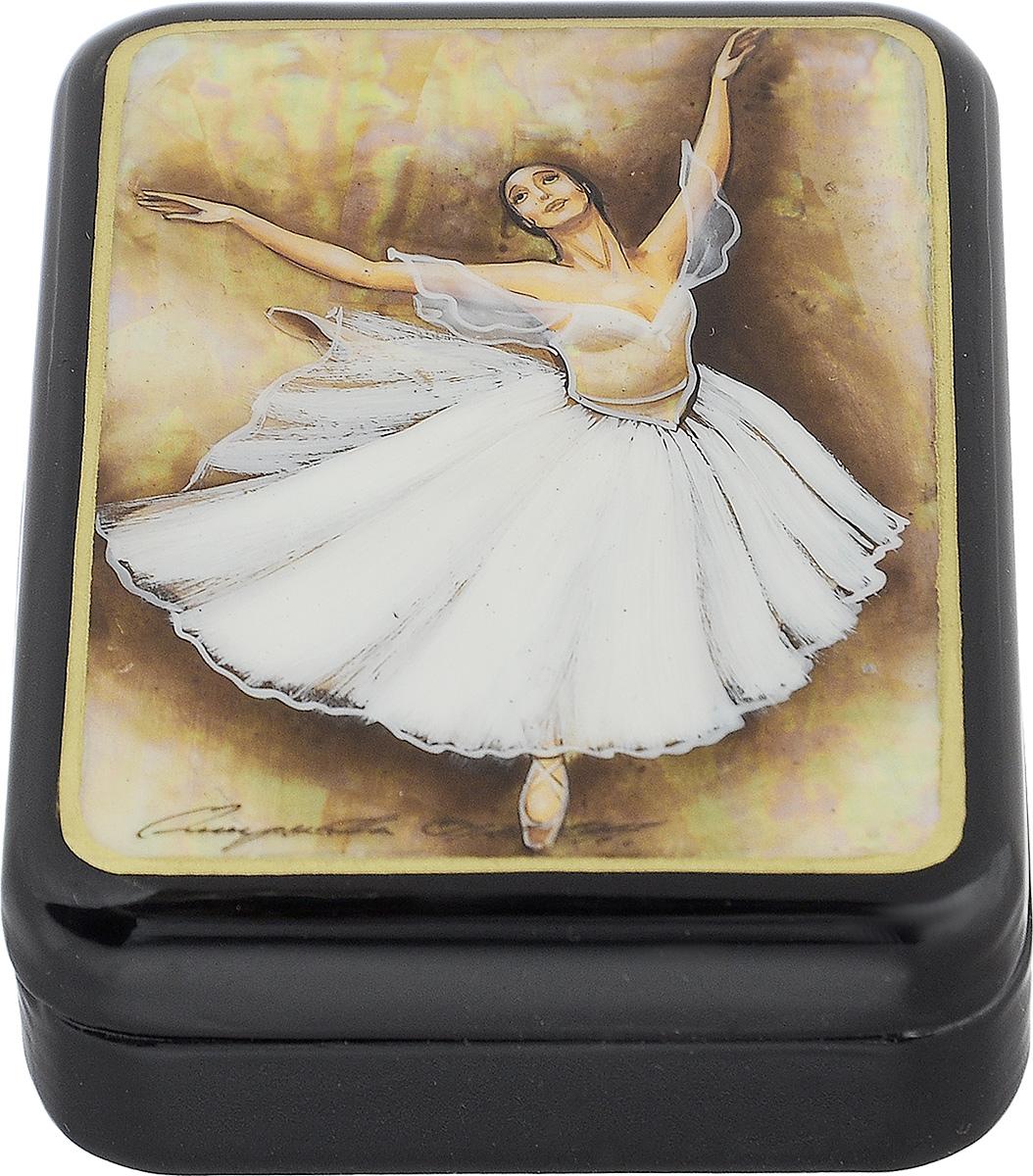 Шкатулка Балерина в прыжке, 9 см х 7 см. Ручная авторская работашкфс.та.бал2Лаковая миниатюрная шкатулка ручной работы Федоскино Балерина в прыжке выполнена в форме обтекаемого прямоугольника. Сюжет на крышке шкатулки - танец балерины. Это высококачественная роспись по перламутру, благодаря которому все изображение переливается светом в зависимости от освещения. Под изображением и на дне шкатулки имеется авторская подпись.Элегантная шкатулка ручной работы станет оригинальным и практичным украшением интерьера.