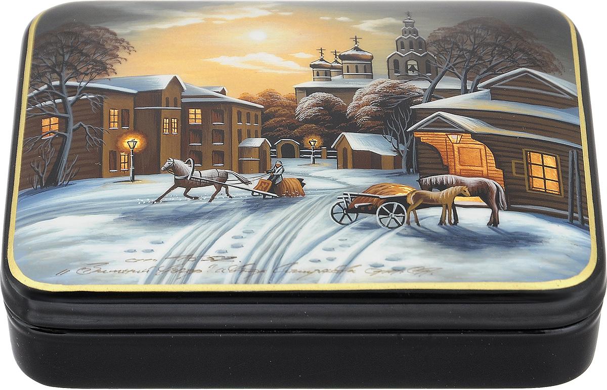 """Лаковая миниатюрная шкатулка ручной работы Федоскино """"Старый Город"""" выполнена в форме обтекаемого прямоугольника. Сюжет на крышке шкатулки - зимний вечер Старого Города. Это высококачественная роспись с использованием золотой потали, благодаря которой на изображении """"горят"""" окна домов и уличные фонари. Под изображением и на дне шкатулки имеется авторская подпись.   Элегантная шкатулка ручной работы станет оригинальным и практичным украшением интерьера."""