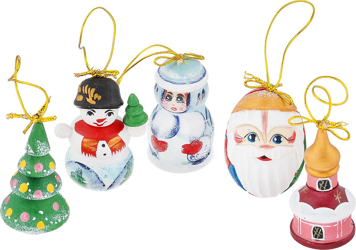 """Набор игрушек Василиса """"Новогодние резные"""" прекрасно подойдет для праздничного декора новогодней ели. Он включает пять фигурок разных форм и цветов, вырезанных вручную из дерева, расписанных ручной круговой росписью. Среди них Дед Мороз, Снегурочка, снеговик, елочка и церквушка. Все игрушки покрыты матовым лаком и отличаются друг от друга цветом и оформлением. Каждая фигурка оснащена металлической петелькой, через которую пропущен шнурок. Каждую фигурку можно повесить или поставить. Елочная игрушка - символ Нового года. Она несет в себе волшебство и красоту праздника. Создайте в своем доме атмосферу веселья и радости, украшая новогоднюю елку нарядными игрушками, которые будут из года в год накапливать теплоту воспоминаний.  Откройте для себя удивительный мир сказок и грез. Почувствуйте волшебные минуты ожидания праздника, создайте новогоднее настроение вашим дорогим и близким. Размер игрушек: 7 см х 5 см."""