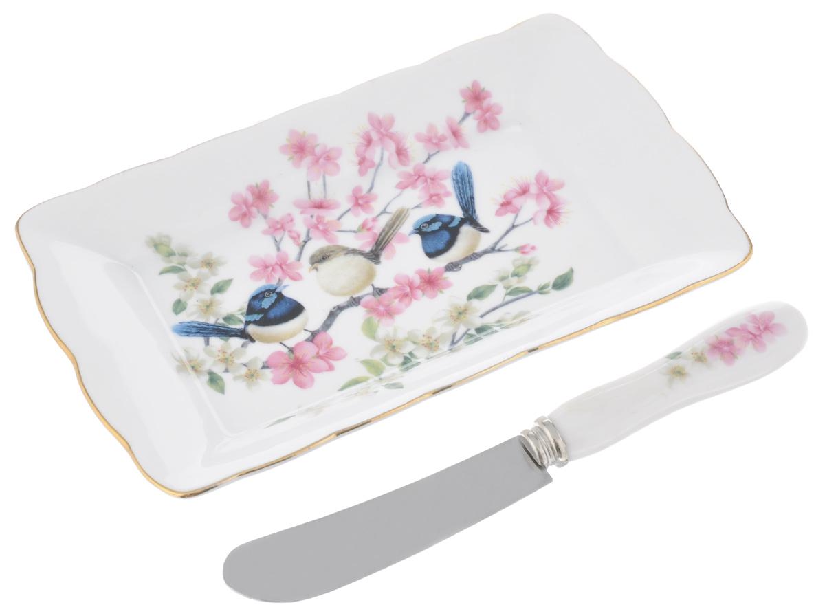 Набор для масла Райские птички, цвет: белый, розовый, 2 предмета420030Набор для масла Райские птички, выполненный из высококачественной керамики, состоит из тарелки и ножа. Тарелка предназначена для красивой сервировки стола и хранения масла. Предметы набора декорированы ярким изображением цветов и имеют изысканный внешний вид.Лезвие ножа выполнено из нержавеющей стали. Нож оснащен эргономичной ручкой.Набор для масла Райские птички великолепно украсит ваш праздничный стол и станет приятным подарком для вас и ваших близких.Размер тарелки: 17 см х 10 см х 2 см.Длина лезвия ножа: 8 см.Общая длина ножа: 16 см.