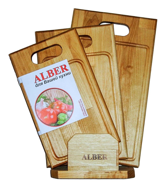 Набор досок разделочных Alber Прямая ручка, 3 шт0080053Прочные, гладкие, с естественной березовой текстурой, доски обработаны льняным маслом для предохранения от рассыхания. Изделия имеют индивидуальную пленочную упаковку и оригинальную гравировку - нельзя мыть деревянную доску в посудомоечной машине, а также оставлять надолго погруженной в воду. После каждого использования нужно промыть доску мыльной водой, тщательно сполоснуть проточной водой и вытереть насухо. Заменять разделочную доску на кухне рекомендуется 1 раз в год.В наборе 3 разделочные доски.Размер больше доски 38 х 22 х 1,8 см.Размер средне доски: 34 х 20 х 1,8 см.Размер меньшей доски: 30 х 18 х 1,8 см.
