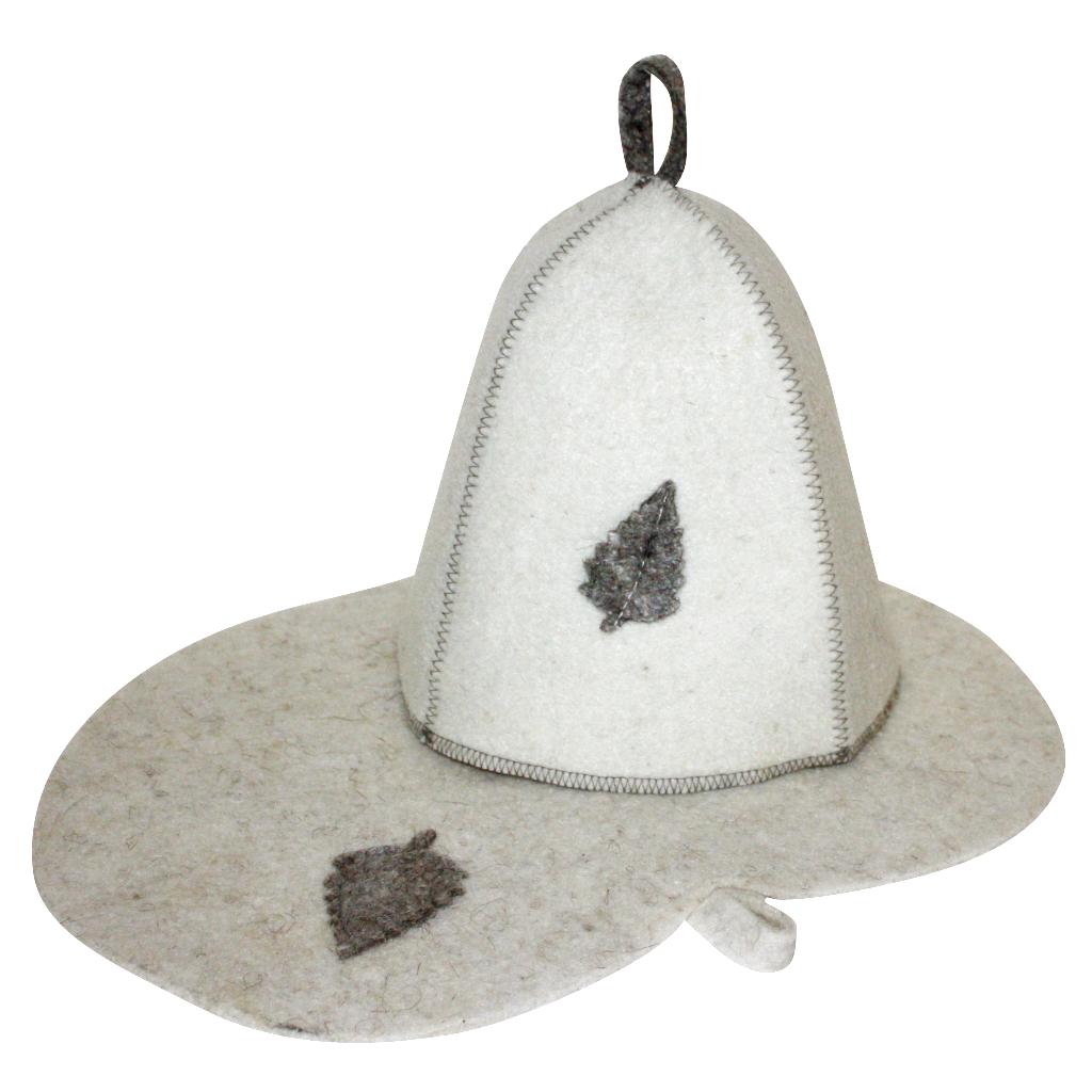"""Подарочный набор для бани Главбаня """"Листок""""  включает в себя шапку и  коврик. Изделия выполнены из войлока (шерсть с  добавлением полиэфира). Предметы набора оформлены аппликацией в виде листочка. Шапка и коврик - это незаменимые аксессуары  для любителей попариться в русской бане и для  тех, кто предпочитает сухой жар финской бани.  Необычный дизайн изделий поможет сделать ваш  отдых приятным и разнообразным.  Шапка защитит волосы от сухости и ломкости,  голову от перегрева и предотвратит появление  головокружения, а коврик от высоких температур  при контакте с горячей лавкой в парилке.  На изделиях имеются петельки, с помощью которых  их можно повесить на крючок в предбаннике.   Такой набор станет отличным новогодним подарком  для любителей отдыха в бане или сауне.  Пластиковая сумочка на молнии позволит удобно  хранить изделия.  Размер коврика: 44 х 31 см.  Обхват головы: 71 см.  Высота шапки: 25 см."""