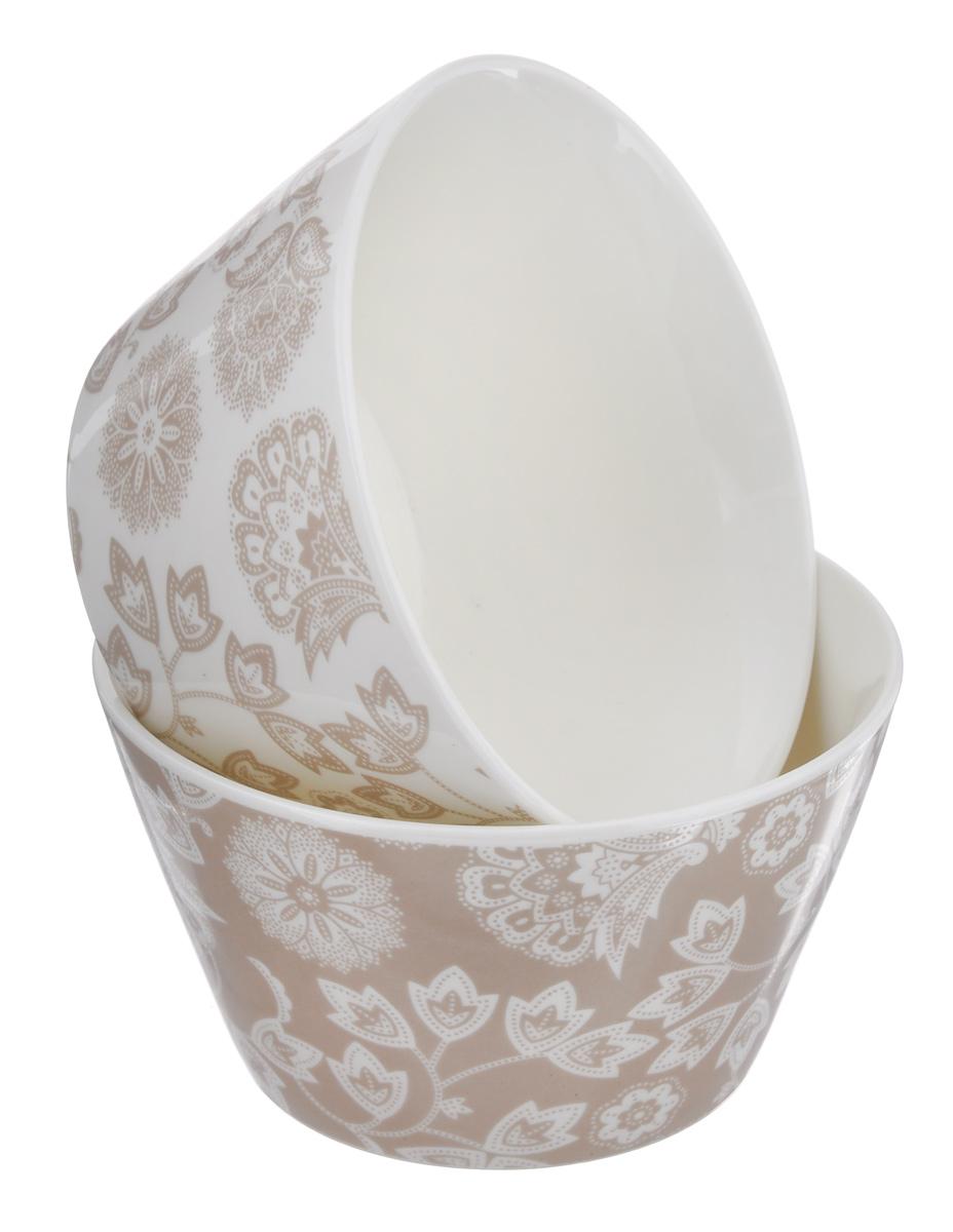 """Элегантный набор Elan Gallery """"Узор"""" состоит из двух круглых салатников. Изделия выполнены из  высококачественной керамики и оформлены цветочными узорами. Такие салатники прекрасно подходят для  сервировки различных закусок, подачи салатов из свежих овощей, фруктов и многого другого. Набор Elan Gallery """"Узор"""" прекрасно оформит праздничный стол и удивит вас изысканным дизайном.  Диаметр салатника (по верхнему краю): 13,5 см. Высота стенки: 7,5 см. Объем: 500 мл."""