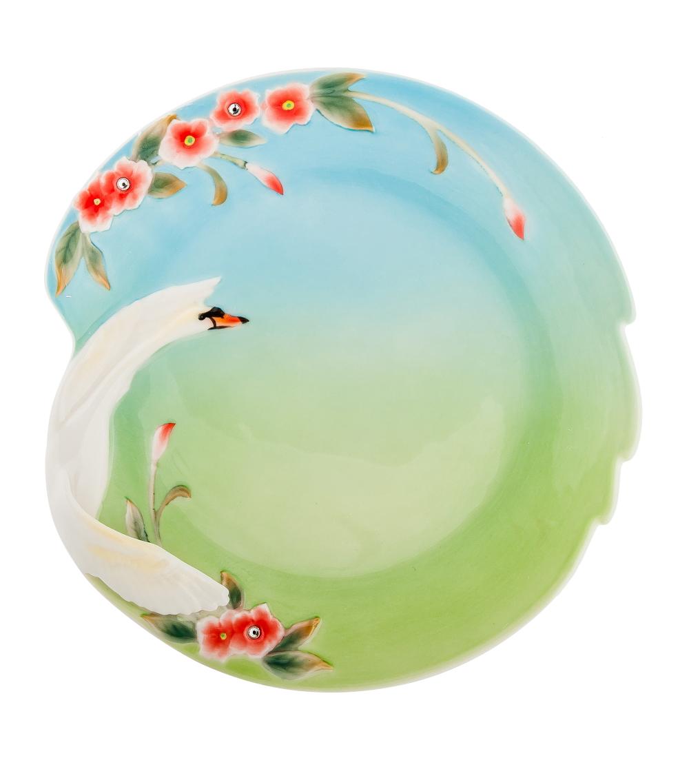 Блюдо Pavone Лебеди, цвет: белый, зеленый, голубой, 28 см х 26,5 см106034Блюдо Pavone Лебеди выполнено из фарфора и украшено объемным изображением лебедя и цветов. Блюдо Pavone Лебеди украсит ваш кухонный стол, а такжестанет замечательным подарком друзьям и близким.Размеры блюда: 28 см х 26,5 см. Высота: 2 см.