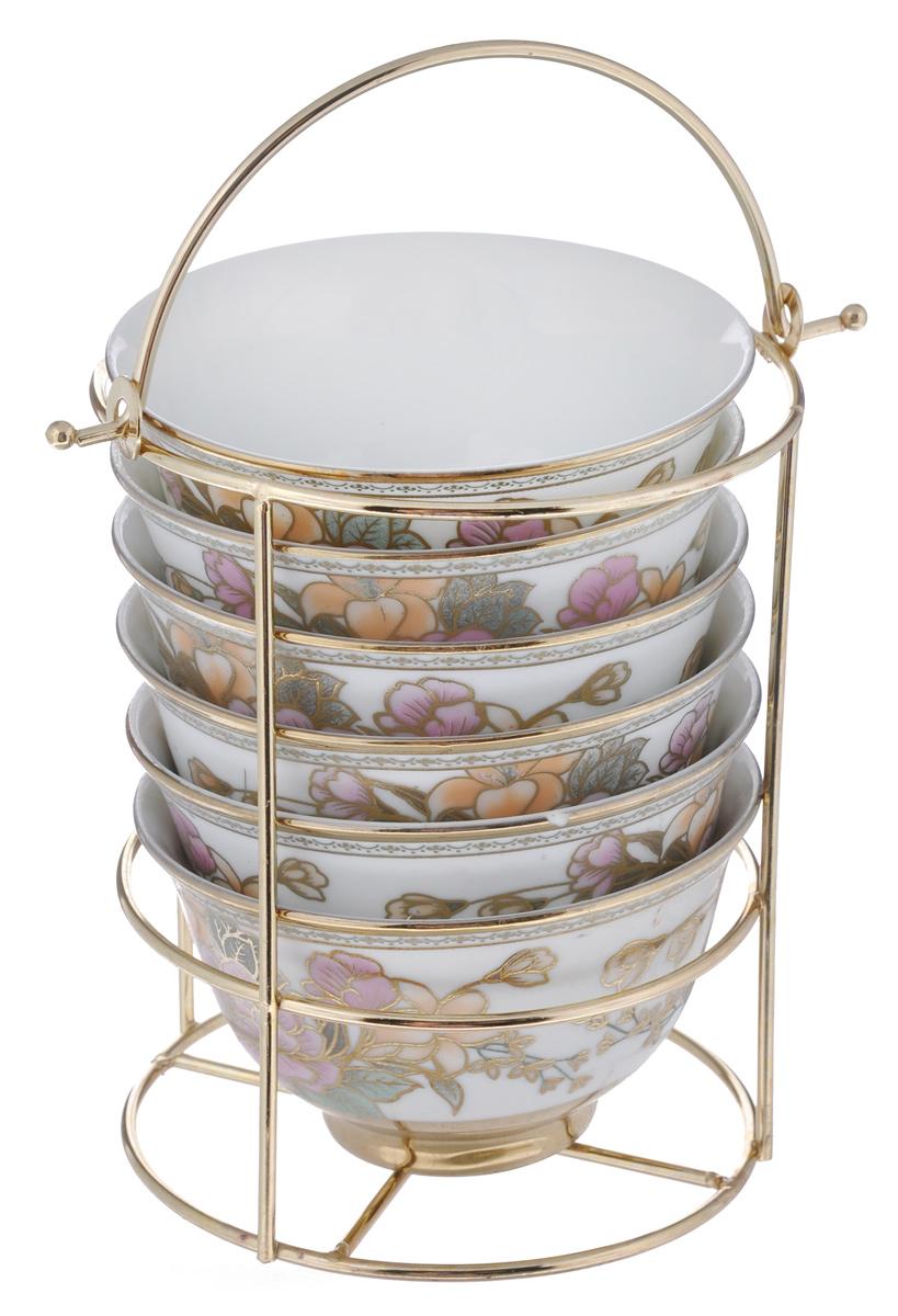 Набор салатниц Loraine, 7 предметов. 2058720587Набор Loraine, состоящий из шести салатниц и подставки, сочетает в себе изысканный дизайн с максимальной функциональностью. Нежный цветочный рисунок придает набору особый шарм. Салатницы выполнены из высококачественной керамики. Изделия подходят для горячей и холодной пищи.Можно использовать в микроволновой печи и морозильной камере. Можно мыть в посудомоечной машине.Диаметр салатниц по верхнему краю: 10 см.Диаметр дна: 4,5 см.Высота салатниц: 6 см.Диаметр подставки: 11 см.Высота подставки: 14,5 см.