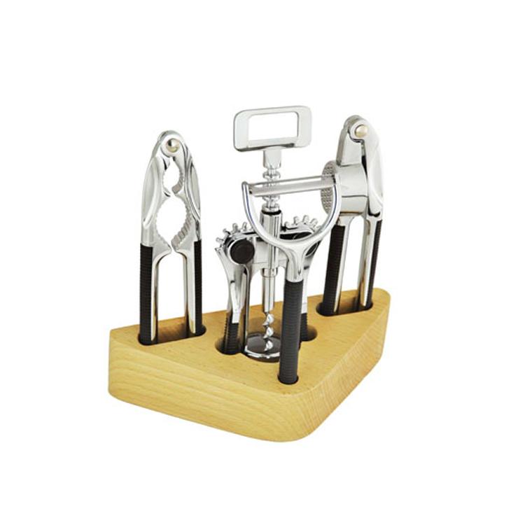 Набор открывалок Mayer & Boch, 5 предметов4215Удобный многофункциональный набор открывалок Mayer & Boch включает в себя: пресс для чеснока, штопор, орехокол, нож для чистки овощей и деревянную подставку. Все предметы набора изготовлены из высококачественного цинкового сплава, ручки из прочного пластика. Удобные ручки гарантируют легкую работу с инструментами. Подставка изготовлена из натурального дерева.Длина пресса для чеснока: 16,5 см.Длина штопора: 18 см.Длина орехокола: 16,5 см.Длина ножа для чистки овощей: 15,5 см.Размер подставки:19,5 см х 8,5 см х 5 см.