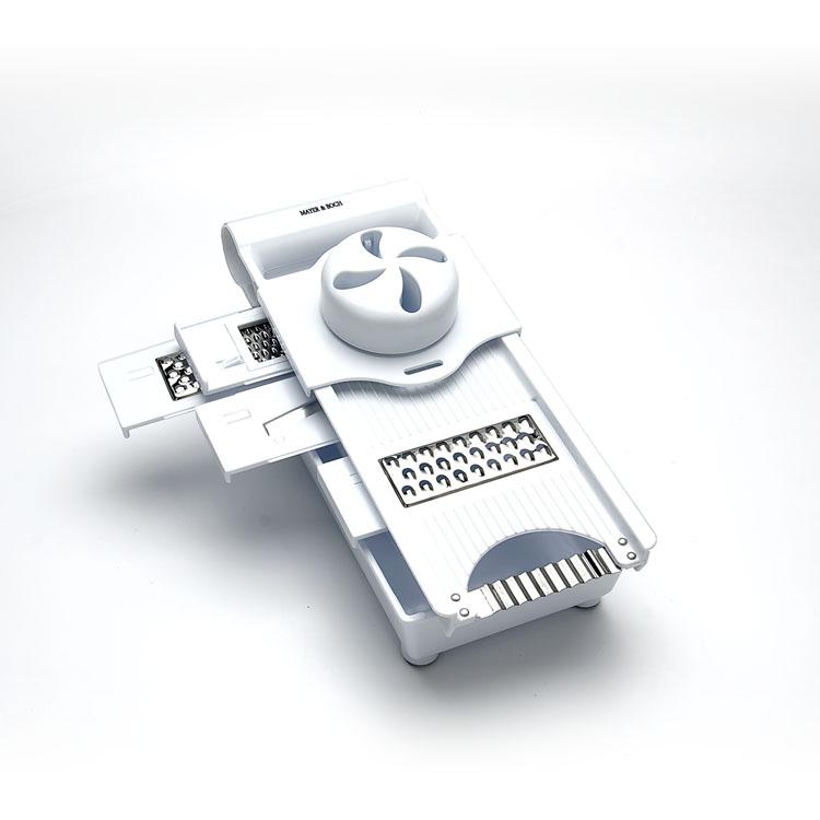 Терка Mayer & Boch, с контейнером, 6 в 14171Терка Mayer & Boch выполнена из высококачественного пластика, что является весьма гигиеничным. Благодаря разным формам лезвия, выполненные из нержавеющей стали, позволят вам нарезать разные продукты. Специальная конструкция предотвращает скольжение. В комплект входит пищевой держатель и 5 лезвий, которые нарезают пластины, тонкие пластины, ломтики, фарш и делают продукты волнистой формы. 4 лезвия съемные. Также в комплекте доска для резки и пищевой контейнер. Лезвия можно хранить внутри терки.