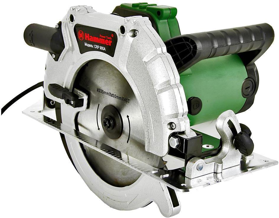 Циркулярная пила Hammer CRP900АCrp900аЦиркулярная пила (дисковая) HAMMER CRP900А - это мощный инструмент с эргономичной конструкцией для комфортного раскроя погонажных и листовых материалов. Дисковая циркулярка оснащена литым основанием, защитой от случайного пуска и блокировкой вала для легкой замены пильного диска. Регулировка угла наклона (90 - 45 градусов) и глубины пропила осуществляется с помощью транспортира и рычажковых зажимов. Кожух диска с возвратным механизмом способствует безопасной работе. Основная рукоятка с эластичной накладкой и дугообразная дополнительная ручка обеспечивают надежную фиксацию циркулярки. Циркулярная пила может устанавливаться в поворотном положении, что значительно расширяет область ее применения. В комплект поставки входит пильный круг с твердосплавными напайками.