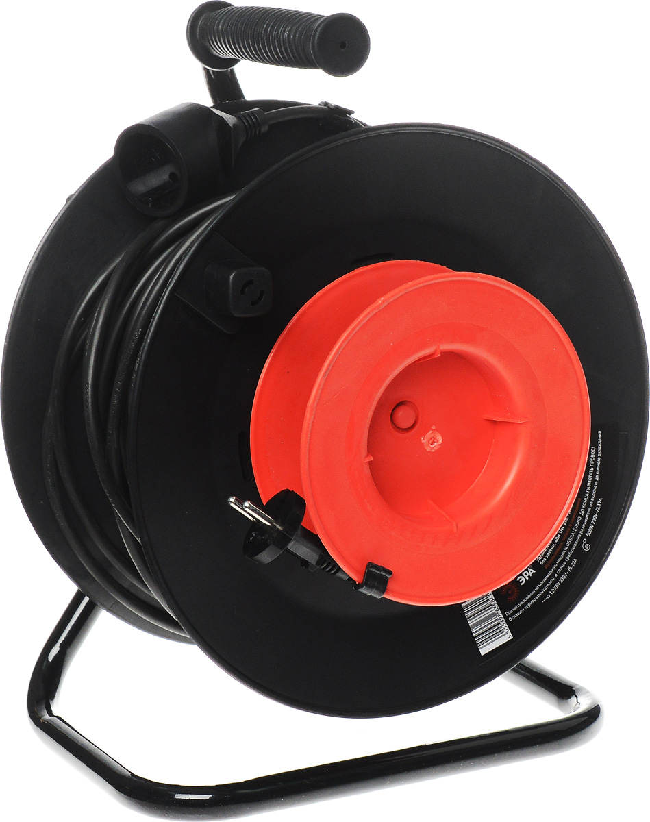 Удлинитель силовой ЭРА RP-1-2x0.75-40m, на катушке, 1 гнездо, 40 мRP-1-2x0.75-40mУдлинитель силовой ЭРА RP-1-2x0.75-40m за счет большой длины кабеля незаменим на садовом участке, при проведении строительных и ремонтных работ. Наличие терморазмыкателя обеспечивает защиту сети и оборудования в случае перегрузки. Рама катушки выполнена из металла, что позволяет добиться максимальной механической прочности и долговечности конструкции. Корпус и блок с розетками выполнен из полипропилена и поликарбоната - устойчив к механическим повреждениям, царапинам, соответствует требованиям пожаробезопасности. Терморазмыкатель в случае превышения допустимой нагрузки размыкает цепь и предотвращает перегрев проводов. В отличие от плавкого предохранителя, для возобновления работы силового удлинителя достаточно устранить источник перегрузки и вжать кнопку терморазмыкателя. Технические характеристики: Сечение провода: 2х0,75 мм2. Номинальное напряжение: 230В / 50 Гц. Сила тока/мощность максимальная в смотанном виде: 2,17А / 500 Вт. Сила тока/мощность максимальная в размотанном виде: 5,22А / 1200 Вт. Наличие заземляющего контакта: нет. Температурный режим эксплуатации стационарно: от -40°С до +60°С. Температурный режим эксплуатации подвижно: от -5°С до +60°С. Материал корпуса: полипропилен, поликарбонат, металл.