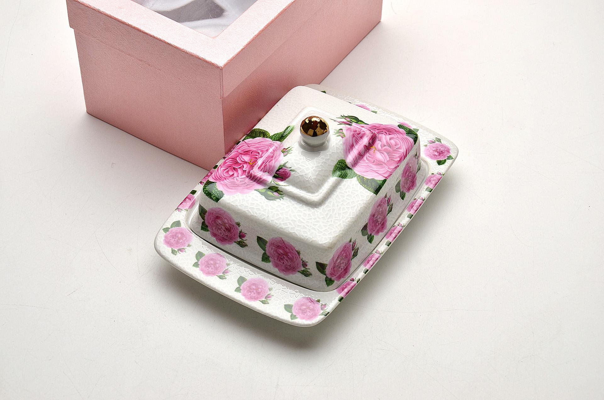 Масленка Loraine Розы21095Масленка Loraine Розы, выполненная из высококачественной керамики в виде подноса с крышкой, станет не заменимым помощником на вашей кухне.Изделие оформлено яркими изображениями цветов и имеет изысканный внешний вид.Масленка предназначена для красивой сервировки стола и хранения масла.Изделие упаковано в подарочную коробку с атласной подложкой. Размер подноса: 20 см х 13,5 см х 2 см.Высота масленки (с учетом крышки): 9,5 см.
