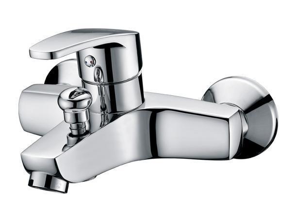 """Смеситель для ванны и душа Gro Welle """"Apfel"""" сочетает в себе отличные эксплуатационные характеристики и оригинальный дизайн. Керамический картридж Sedal 40 мм (Испания) - надежный рабочий элемент, выдерживающий давление более 3,5 Атм. Рассчитан на беспрерывную работу в 150 000 циклов - это примерно 30 лет эксплуатации. Аэратор Neoperl Cascade (США) изготовлен из высококачественного пластика, благодаря чему на нем не образуется налет. Водная струя насыщается воздухом, становится ровной и без брызг. Тело смесителя отлито из высококачественной, безопасной для здоровья пищевой латуни. Хромоникелевое покрытие Crystallight придает изделию яркий металлический блеск и эстетичный внешний вид. Имеет водоотталкивающие свойства, благодаря которым защищает тело смесителя. Устойчив к кислотным и щелочным чистящим средствам. Включение душа происходит вытяжением кнопки, если давление воды падает ниже 0,3 бар, кнопка самостоятельно возвращается в первоначальное положение, и вода уже течет через излив смесителя. Смеситель Gro Welle """"Apfel"""" эргономичен, прост в монтаже и удобен в использовании. В комплект входит: смеситель, набор для монтажа.Длина излива смесителя: 14,5 см.Гарантийный срок на смеситель (за исключением шлангов, резиновых сальников и прокладок) составляет 7 лет с момента продажи. Гарантийный срок на шланги, сальники и прокладки - 1 год."""