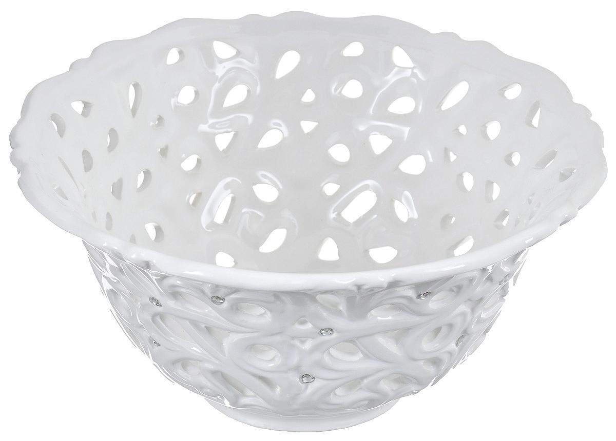 Конфетница Loraine Ажур, цвет: белый, диаметр 21 см23830Конфетница Loraine Ажур, изготовленная из высококачественного доломита, украшенаоригинальным узором и стразами. Стильная форма и интересное исполнение идеальновпишутся в любой стиль, ауниверсальный белый цвет подойдет к любому интерьеру.