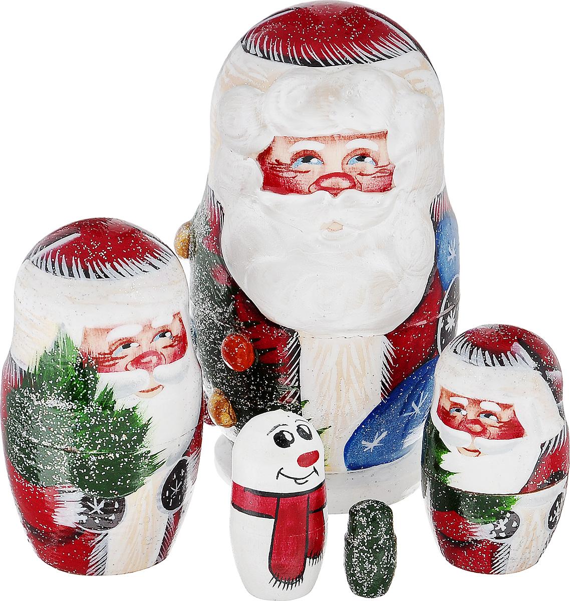 Набор игрушек-матрешек Василиса Дед Мороз, 5 мест, высота 10 см. Ручная работам5м.тат.дмИгрушки-матрешки Василиса Дед Мороз - один из самых популярных русских сувениров для подарка на любой случай и вкус.Эта игрушка по-прежнему вызывает восторг у наших соотечественников и иностранцев. Ведь открывать таких кукол с сюрпризом очень нравится и детям, и не менее любопытным взрослым. Малыши с помощью чудесной игрушки получают свои первые представления о форме, цвете и величине предметов, о количестве и делении целого на части. Взрослым расписную матрешку принято дарить на счастье, удачу и финансовое благополучие.Набор состоит из 5 деревянных игрушек: 4 Дедов-Морозов и маленькой елочки. У самого большого Деда Мороза объемная борода. Игрушки декорированы блестками. Имеется подпись автора. Порадуйте своих друзей и близких этим замечательным подарком!Комплектация: 5 шт.Размер самой большой матрешки: 5,5 см х 5,5 см х 10 см.Размер самой маленькой матрешки: 1 см х 1 см х 2 см.
