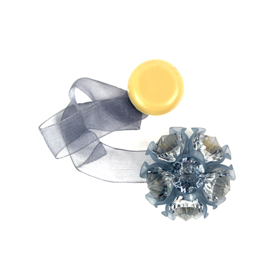 Клипса-магнит для штор Астра, цвет: темно-серый, 2 шт7713413_8140 т.серыйКлипса-магнит Астра, изготовленная из акрила итекстиля, предназначена для придания формышторам. Изделие представляет собой два магнита,расположенные на разных концах текстильнойленты. Один из магнитов оформлен декоративнымцветком. С помощью такой магнитной клипсы можнозафиксировать портьеры, придать им требуемоеположение, сделать складки симметричными илиприблизить портьеры, скрепить их.Клипсы для штор являются универсальнымизделием, которое превосходно подойдет как дляштор в детской комнате, так и для штор в гостиной.Следует отметить, что клипсы для штор выполняютне только практическую функцию, но такжеявляются одной из основных деталей декора этогоизделия, которая придает шторам восхитительный,стильный внешний вид. Диаметр декоративного цветка: 4,5 см. Диаметр магнита: 2 см. Длина ленты: 27 см.