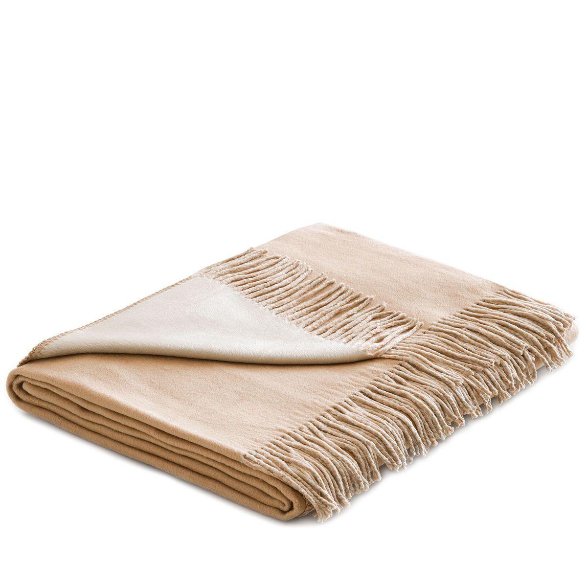 Плед Togas Хлопок-Шелк, цвет: бежевый, светло-коричневый, 140 х 180 см20.03.10.0006Утонченный плед Togas Хлопок-Шелк - это высшая роскошь и настоящее наслаждение. Нежное,скользящее прикосновение этой божественной ткани наполняет блаженством и легкостью.Необычный дизайн позволяет в мгновение ока трансформировать пространство вашей спальниили гостиной: просто поверните плед стороной того цвета, который вам сейчас по душе, - инаслаждайтесь непринужденной грацией элегантно драпирующихся складок, ниспадающихшелковистым каскадом. Несмотря на удивительную тонкость и невесомость, плед из 75% шелкаи 25% хлопка очень практичен и прост в уходе, а значит - прослужит вам долгие годы, ставнеотъемлемой частью вашего уюта и комфорта.