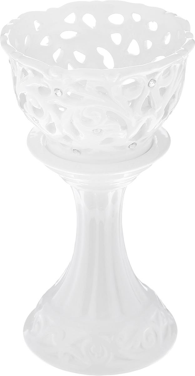 Подсвечник декоративный Loraine, цвет: белый, высота 17 см23840Декоративный подсвечник Loraine изготовлен из доломита и предназначен для одной узкой свечи. Изделие имеет изящную форму и декорировано в стразами. Элегантный и изысканный, такой подсвечник позволит украсить интерьер дома или рабочего кабинета оригинальным образом. Вы сможете не просто внести в интерьер своего дома элемент необычности, но и создать атмосферу загадочности.Высота подсвечника: 17 см.Диаметр подсвечника по верхнему краю: 9,5 см.Диаметр отверстия для свечи: 2,1 см.