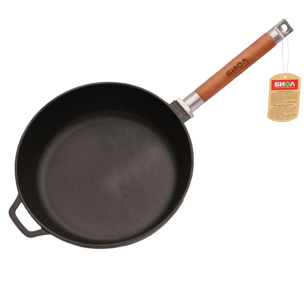 Сковорода чугунная Биол, со съемной ручкой. Диаметр 26 см0326Сковорода Биол изготовлена из натурального экологически безопасного чугуна. Чугун является одним из лучших материалов для производства посуды. Сковороду можно нагревать до высоких температур, она практична, не выделяет токсичных веществ, обладает высокой теплоемкостью и способна служить десятилетиями.Сковорода оснащена съемной деревянной ручкой. При помощи вращательного движения ручка снимается и прикручивается.Подходит для всех типов плит, включая индукционные. Нельзя мыть в посудомоечной машине. Диаметр сковороды по верхнему краю: 26 см. Высота стенки: 6,5 см. Длина ручки: 21 см. Уважаемые клиенты! Для сохранения свойств посуды из чугуна и предотвращения появления ржавчины чугунную посуду мойте только вручную, горячей или теплой водой, мягкой губкой или щёткой (не металлической) и обязательно вытирайте насухо. Для хранения смазывайте внутреннюю поверхность посуды растительным маслом, а перед следующим применением хорошо накалите посуду.