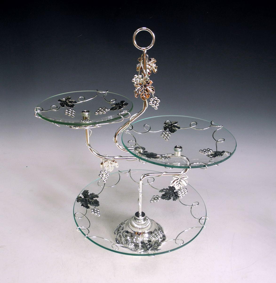 Ваза универсальная Marquis, 3 яруса. 4036-MR4036-MRЭлегантная трехъярусная ваза Marquis, выполненная из высококачественного стекла и стали с серебряно-никелевым покрытием, предназначена для красивой сервировки фруктов и конфет. Изделие украшено оригинальным рельефом и стальными гроздями винограда. Легко собирается и разбирается. Ваза Marquis украсит сервировку вашего стола и подчеркнет прекрасный вкус хозяина, а также станет отличным подарком. Диаметр большого блюда: 29,5 см. Диаметр среднего блюда: 23 см.Диаметр малого блюда: 18,5 см.Высота вазы: 49 см.