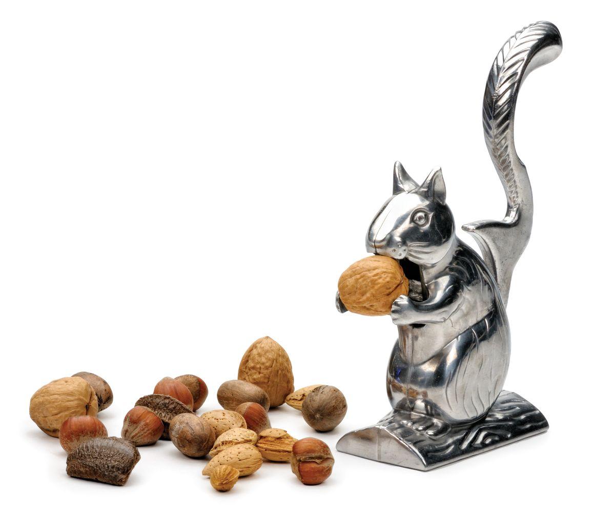 Орехокол RSVP Белка НаттиNUTSОрехокол RSVP Белка Натти изготовлен из литого алюминия и щедро украшен деталями. Натти обожает грызть орехи. Просто поднимите ее хвост и положите орешек в рот. Нажмите на хвост – и орех расколот!Высота орехокола: 15,5 см.