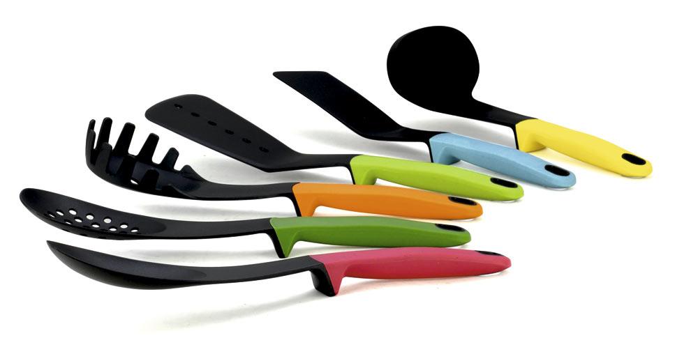 """Набор кухонных принадлежностей """"Calve"""" состоит из половника, лопатки с прорезями, сервировочной ложки, лопатки, ложки с прорезями, ложки для спагетти и подставки. Приборы выполнены из нейлона и снабжены прорезиненными рукоятками. Для приборов предусмотрена специальная вращающаяся подставка.  В наборе содержатся все необходимые на кухне принадлежности, которые могут вам в приготовлении пищи. Стильный дизайн сделает такой набор отличным украшением кухни.  Можно мыть в посудомоечной машине. Размер подставки: 13 х 13 х 37 см. Общая длина лопатки: 32 см. Размер рабочей поверхности лопатки: 5 х 12 см. Общая длина половника: 28,5 см. Размер рабочей поверхности половника: 7 х 8 х 3 см. Общая длина лопатки с прорезями: 31,5 см. Размер рабочей поверхности лопатки с прорезями: 9 х 12 см. Общая длина сервировочной ложки: 31 см. Размер рабочей поверхности сервировочной ложки: 10 х 7 см.   Общая длина ложки с прорезями: 31,5 см. Размер рабочей поверхности ложки с прорезями: 10 х 7 см.  Общая длина ложки для спагетти: 30 см. Размер рабочей поверхности ложки для спагетти: 6,5 х 10 х 3 см."""