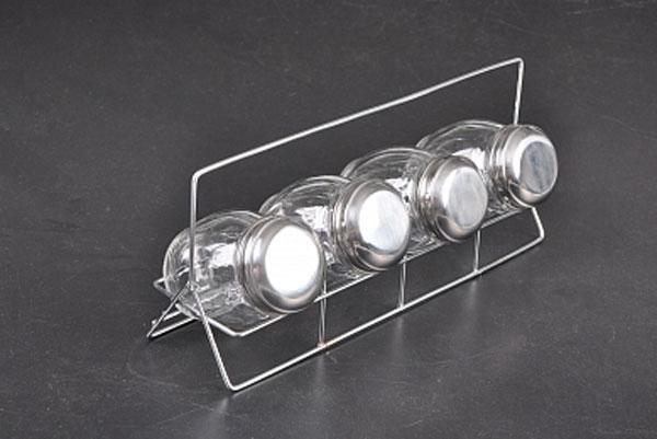 Набор банок для хранения Walmer Wave, с подставкой, 150 мл, 4 штW05220015Набор Walmer Wave состоит из четырех банок для хранения. Изделия выполнены из высококачественного прозрачного стекла и снабжены металлическими закручивающимися крышками. Набор идеально подходит для различных специй. Для хранения баночек предусмотрена металлическая подставка. Такой набор стильно дополнит интерьер кухни и станет замечательным и полезным подарком для ваших родных и близких. Банки пригодны для мытья в посудомоечной машине. Диаметр баночки (по верхнему краю): 5 см. Высота баночки: 9 см. Размер подставки: 28 см х 7 см х 11,5 см.