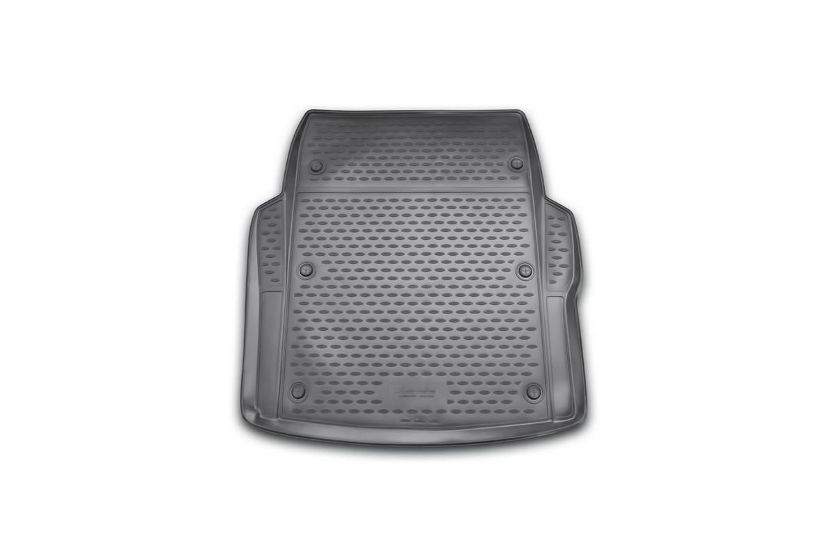Коврик автомобильный Novline-Autofamily для BMW 3-Series F30 седан 2012-, в багажникNLC.05.31.B10Автомобильный коврик Novline-Autofamily, изготовленный из полиуретана, позволит вам без особых усилий содержать в чистоте багажный отсек вашего авто и при этом перевозить в нем абсолютно любые грузы. Этот модельный коврик идеально подойдет по размерам багажнику вашего автомобиля. Такой автомобильный коврик гарантированно защитит багажник от грязи, мусора и пыли, которые постоянно скапливаются в этом отсеке. А кроме того, поддон не пропускает влагу. Все это надолго убережет важную часть кузова от износа. Коврик в багажнике сильно упростит для вас уборку. Согласитесь, гораздо проще достать и почистить один коврик, нежели весь багажный отсек. Тем более, что поддон достаточно просто вынимается и вставляется обратно. Мыть коврик для багажника из полиуретана можно любыми чистящими средствами или просто водой. При этом много времени у вас уборка не отнимет, ведь полиуретан устойчив к загрязнениям.Если вам приходится перевозить в багажнике тяжелые грузы, за сохранность коврика можете не беспокоиться. Он сделан из прочного материала, который не деформируется при механических нагрузках и устойчив даже к экстремальным температурам. А кроме того, коврик для багажника надежно фиксируется и не сдвигается во время поездки, что является дополнительной гарантией сохранности вашего багажа.Коврик имеет форму и размеры, соответствующие модели данного автомобиля.