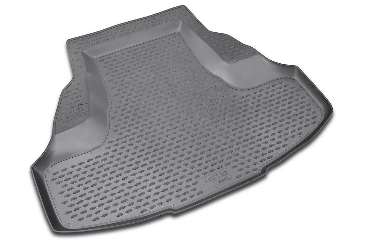 Коврик в багажник автомобиля Novline-Autofamily для Honda Accord, 2008 -NLC.18.02.B10Автомобильный коврик в багажник позволит вам без особых усилий содержать в чистоте багажный отсек вашего авто и при этом перевозить в нем абсолютно любые грузы. Такой автомобильный коврик гарантированно защитит багажник вашего автомобиля от грязи, мусора и пыли, которые постоянно скапливаются в этом отсеке. А кроме того, поддон не пропускает влагу. Все это надолго убережет важную часть кузова от износа. Мыть коврик для багажника из полиуретана можно любыми чистящими средствами или просто водой. При этом много времени уборка не отнимет, ведь полиуретан устойчив к загрязнениям.Если вам приходится перевозить в багажнике тяжелые грузы, за сохранность автоковрика можете не беспокоиться. Он сделан из прочного материала, который не деформируется при механических нагрузках и устойчив даже к экстремальным температурам. А кроме того, коврик для багажника надежно фиксируется и не сдвигается во время поездки - это дополнительная гарантия сохранности вашего багажа.