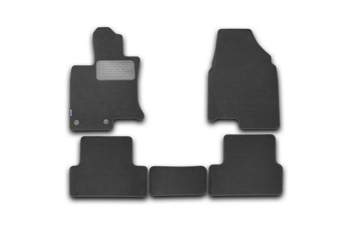 Коврики в салон автомобиля Novline-Autofamily, для Nissan Qashqai кроссовер 2007-, 5 штNLT.36.37.22.110khКоврики в салон Novline-Autofamily не только улучшат внешний вид салона вашего автомобиля, но и надежно уберегут его от пыли, грязи и сырости, а значит, защитят кузов от коррозии. Коврики выполнены из высококачественного текстиля, они мягкие и приятные, а их основа из вспененного полиуретана не пропускает влагу. Материал хорошо держит форму и не пачкает обувь. К тому же, он очень прочный (его, к примеру, не получится проткнуть каблуком). Автоковры из текстиля с основой из вспененного полиуретана легко впитывают и надежно удерживают грязь и влагу, при этом всегда выглядят довольно опрятно. И чистятся они очень просто: как при помощи автомобильного пылесоса, так и различными моющими средствами. Некоторые автоковрики становятся источником неприятного запаха в автомобиле. С текстильными ковриками Novline вы можете этого не бояться. Автомобильные коврики в салон учитывают все особенности каждой модели авто и полностью повторяют контуры пола. Благодаря этому их не нужно будет подгибать или обрезать. И самое главное - они не будут мешать педалям. Ковры для автомобилей надежно крепятся на полу и не скользят, что очень важно во время движения, особенно для водителя.