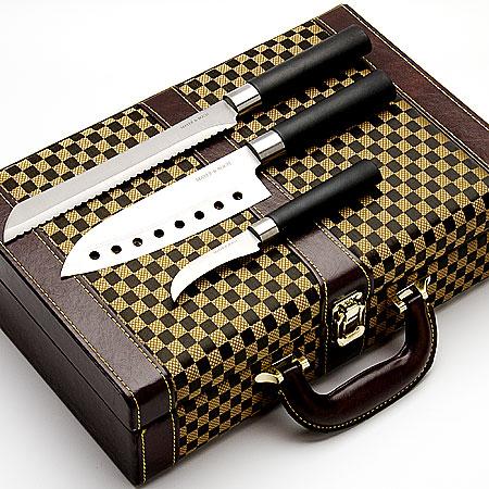 Набор ножей в дипломате Mayer & Boch, 10 предметов. 2305423054Набор ножей 10 пр.(8 ножей+точилка+дипломат) Материал ножей:нерж.сталь,пластик Дипломат:кожа,ПВХ,дерево. Длина лезвий: 18,5 см;20,5 см;21,5 см;17,2 см;16,6 см;12,6 см;11,1 см;8 см Длина точилки: 19,1 см Размер дипломата:37х24х10 см Вес:2,3 кгОригинальный набор ножей в кожаном чемоданчике станет прекрасным подарком как для начинающих зозяек,так и для кулинарных Профи, потому что он содержит в себе все необходимые виды ножей,для ежедневного приготовления блюд.А качественная нержавеющая сталь не позволит испортить вкус и вид приготовленных Вами шедевров.Специальный дизайн рукоятки обеспечивает комфортный и легко конторолируемый захват, что дает дополнительное удобство при работе ножом.Точилка,которая входит в набор,поможет Вам поддерживать ножи в рабочем состоянии. Готовьте с удовольствием.