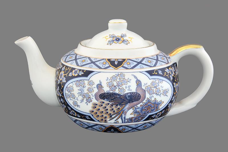 Чайник заварочный Elan Gallery Синий павлин, с ситом, 400 мл200035Заварочный чайник Elan Gallery Синий павлин изготовлен из высококачественной керамики с гладким глазурованным покрытием. Изделие декорировано красочным изображением павлинов и золотистой эмалью. Чайник снабжен съемным металлическим ситечком, удобной ручкой и широким носиком. В основании носика расположены фильтрующие отверстия от попадания чаинок в чашку. Изысканный заварочный чайник украсит сервировку стола к чаепитию. Благодаря красивому утонченному дизайну и качеству исполнения он станет хорошим подарком друзьям и близким.Диаметр (по верхнему краю): 6,5 см. Высота чайника (без учета крышки): 7 см.