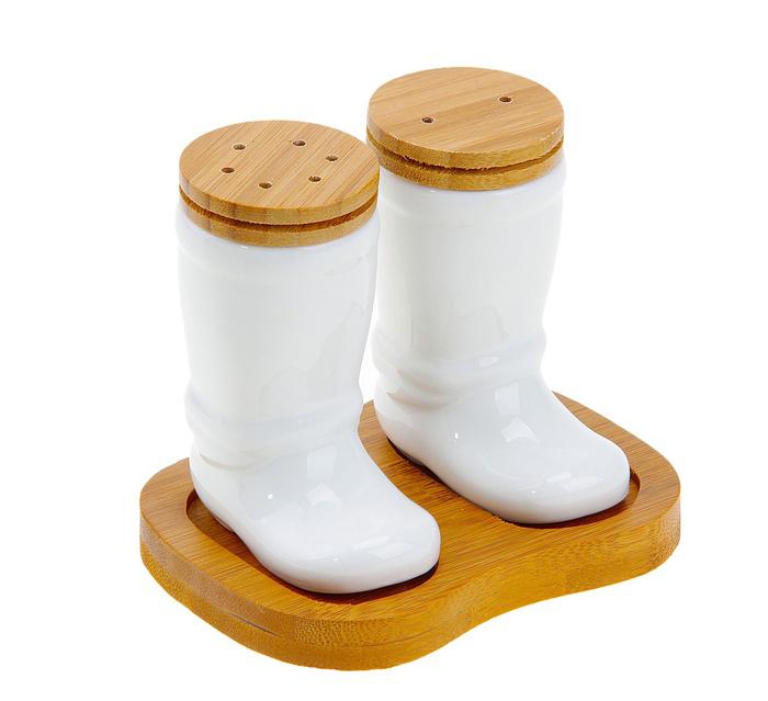 Набор для специй Elan Gallery Сапоги, 3 предмета540007Набор для специй Elan Gallery Сапоги состоит из перечницы, солонки и подставки. Емкости выполнены из керамики в виде сапог и снабжены деревянными крышками. Солонка и перечница легки в использовании: стоит только перевернуть емкости, и вы с легкостью сможете поперчить или добавить соль по вкусу в любое блюдо. Для емкостей предусмотрена специальная подставка.Дизайн, эстетичность и функциональность набора позволят ему стать достойным дополнением к кухонному инвентарю.Размер солонки/перечницы: 7 см х 4,5 см х 9 см. Размер подставки: 12 см х 9 см х 1 см.
