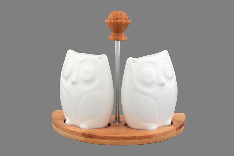 Набор для специй Elan Gallery Совы, на подставке, 3 предмета. 540092540092Набор для специй в виде сов на деревянной подставке с металлической ручкой прекрасный пример высококачественной, удобной и лаконичной посуды для изящной сервировки стола. Совы выполнены из прочного белого фарфора, а подставка из бамбука.Наполнить сов можно через отверстие в донышке, которое надежно закрывается пластиковой пробкой. Набор для специй Elan Gallery Совы несомненно впишется в любой интерьер благодаря лаконичному дизайну, натуральным материалам и высокой функциональности. Такому подарку будет рада любая хозяйка!Размер солонки/перечницы: 7 см х 3 см х 7,5 см. Размер подставки: 14,5 см х 8 см х 1 см.