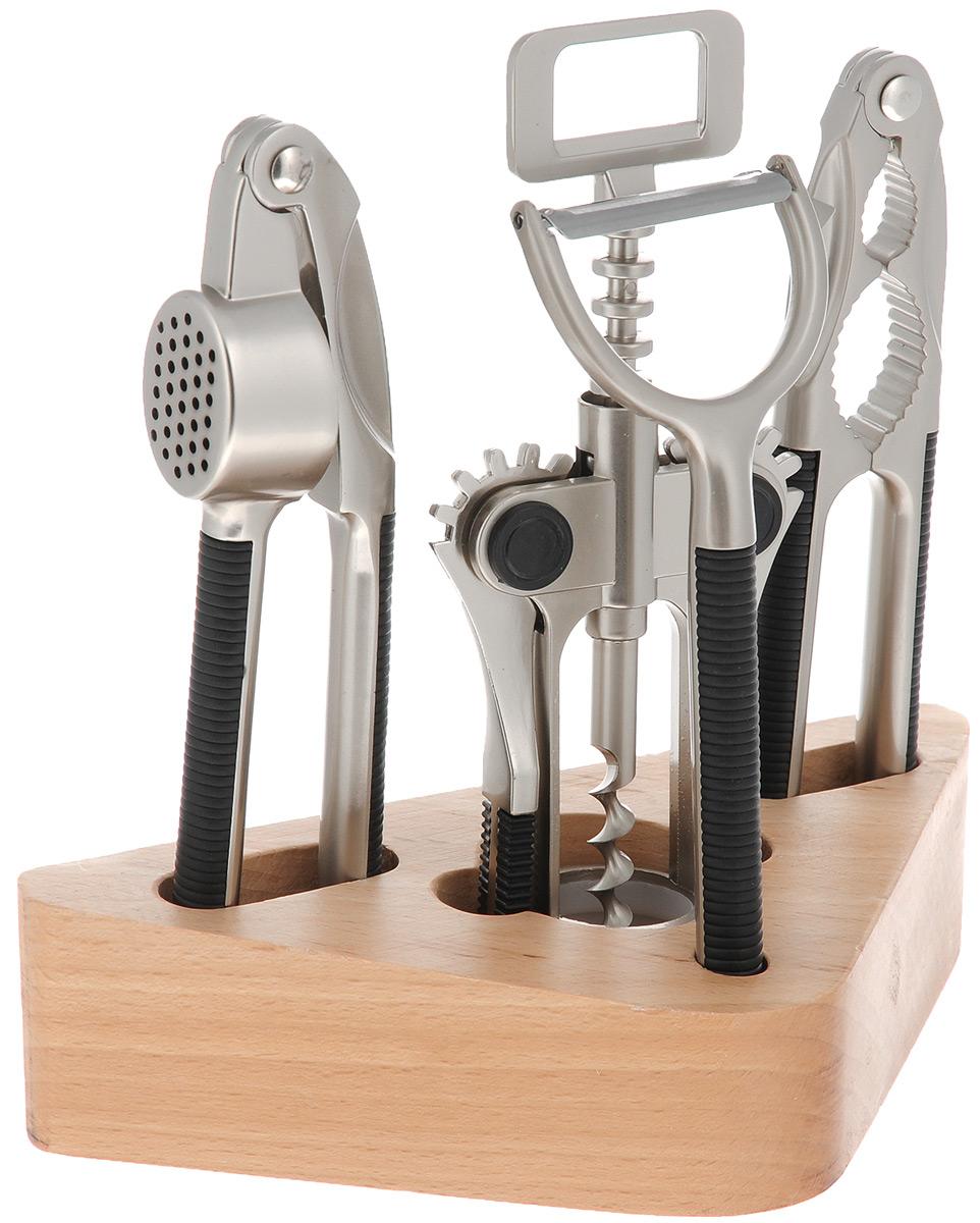 Набор кухонных принадлежностей Mayer&Boch, 5 предметов. 42164216Набор кухонных принадлежностей Mayer & Boch выполнен из высококачественной нержавеющей стали. Набор состоит из орехокола, чеснокодавки, ножа-пиллера, штопора и подставки.Стильная подставка выполнена из дерева. Для удобного использования рукоятки оснащены пластиковыми вставками, которые обеспечивают надежный хват.Эксклюзивный дизайн, эстетичность и функциональность набора Mayer & Boch позволят ему занять достойное место среди кухонного инвентаря.Размер штопора: 7 см х 3,5 см х 18 см.Размер орехокола: 16,5 см х 3,5 см х 1 см.Размер ножа-пиллера: 15,5 см х 5,5 см х 1 см.Длина лезвия ножа-пиллера: 4,5 см.Размер чеснокодавки: 17 см х 4 см х 2,5 см.Размер подставки: 19 см х 4,5 см х 8,5 см.