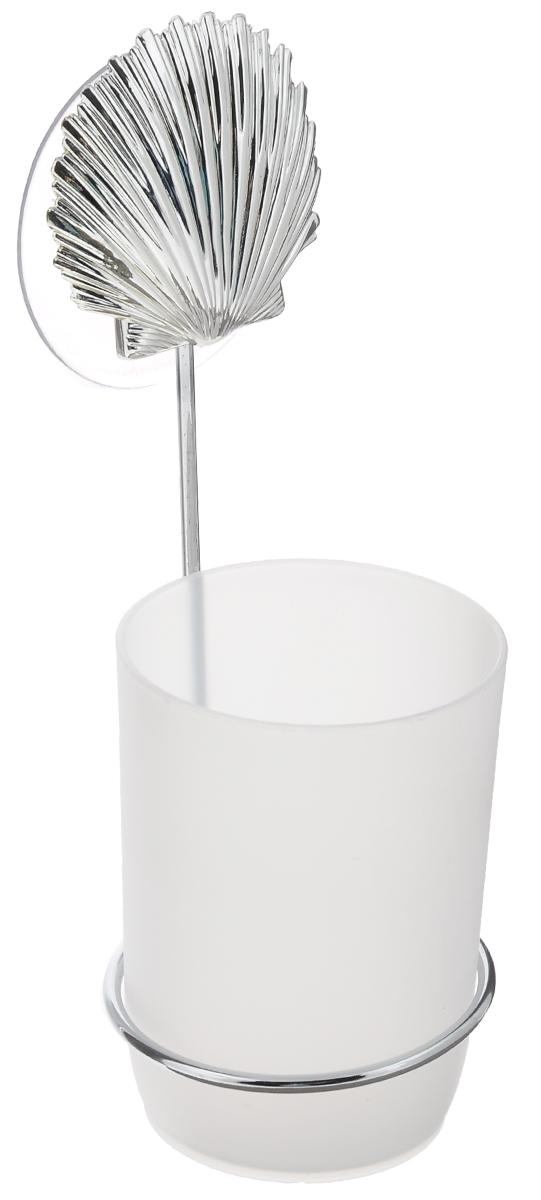 Стакан для ванной комнаты Fresh Code Море. Ракушка, с держателем, цвет: белый, серебристый56489_серебрситая ракушкаСтакан для ванной комнаты Fresh Code Море. Звезда изготовлен из высокопрочного матового пластика. Для стакана предусмотрен специальный держатель, выполненный из стали с хромированным покрытием. Держатель крепится к стене при помощи присоски, украшенной фигуркой в морском стиле. В стакане удобно хранить зубные щетки, пасту и другие принадлежности. Аксессуары для ванной комнаты стильно украсят интерьер и добавят в обычную обстановку яркие и модные акценты. Стакан идеально подойдет к любому стилю ванной комнаты.Размер стакана: 7 см х 7 см х 10 см. Высота держателя: 15 см.