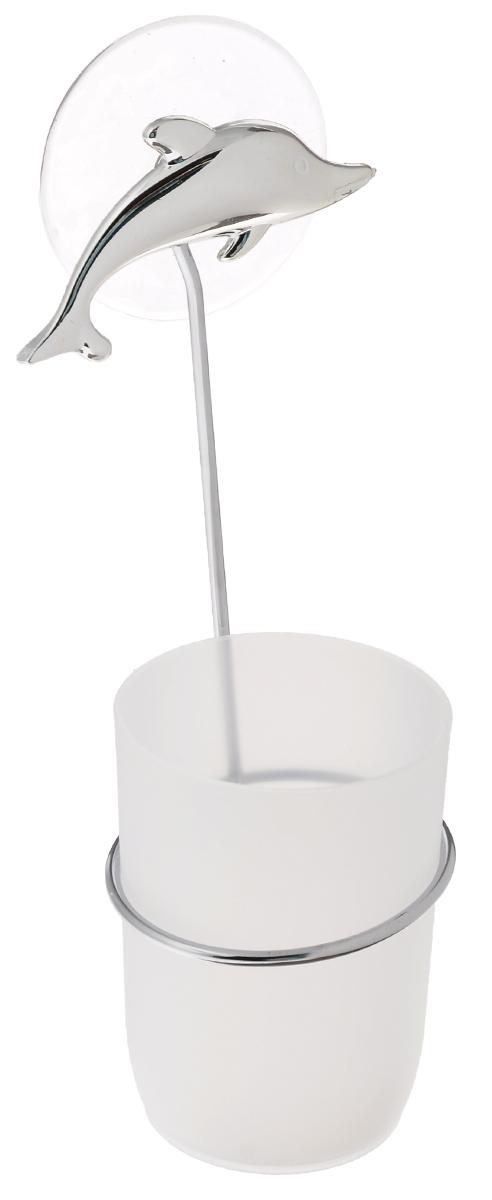 Стакан для ванной комнаты Fresh Code Море. Дельфин, с держателем, цвет: белый, серебристый56489_серебристый дельфинСтакан для ванной комнаты Fresh Code Море. Дельфин изготовлен из высокопрочного матового пластика. Для стакана предусмотрен специальный держатель, выполненный из стали с хромированным покрытием. Держатель крепится к стене при помощи присоски, украшенной фигуркой в морском стиле. В стакане удобно хранить зубные щетки, пасту и другие принадлежности. Аксессуары для ванной комнаты стильно украсят интерьер и добавят в обычную обстановку яркие и модные акценты. Стакан идеально подойдет к любому стилю ванной комнаты.Размер стакана: 7 см х 7 см х 10 см. Высота держателя: 15 см.