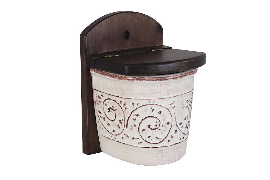 Банка для соли LCS Медичи, настеннаяLCS871L-ME-ALНастенная банка для соли LCS Медичи выполнена из высококачественной глазурованной керамики. Банка оснащена деревянной крышкой и вставкой с отверстием для подвешивания на стену. Такая банка идеально впишется в интерьер любой кухни и сделает готовку более комфортной, так как соль всегда будет под рукой. Мыть керамическую посуду рекомендуется теплой водой с небольшим количеством моющих средств. Лучше не использовать абразивные пасты и металлические мочалки. Допускается мытье в посудомоечной машине при соблюдении инструкции изготовителя посудомоечной машины. Посуда требует осторожности: защиты от сильного удара или падения.