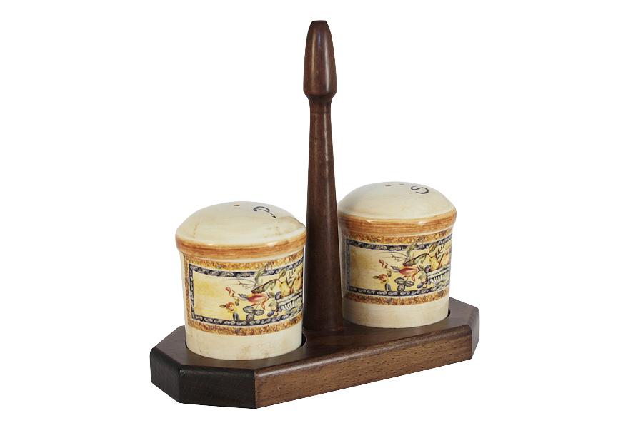 Набор для специй LCS Старая Тоскана, на подставке, 3 предметаLCS873L-OT-ALНабор для специй LCS Старая Тоскана, изготовленный из керамики, состоит из солонки и перечницы. Емкости декорированы изысканным изображением фруктов и помещаются на специальную деревянную подставку. Солонка и перечница легки в использовании: стоит только перевернуть емкости, и вы с легкостью сможете поперчить или добавить соль по вкусу в любое блюдо.Набор LCS Старая Тоскана не только украсит стол, но и станет полезным аксессуаром как на кухне, так и за праздничным столом. Размер солонки и перечницы: 7 х 7 х 8,5 см. Размер подставки: 19,5 х 9,5 х 19,5 см.
