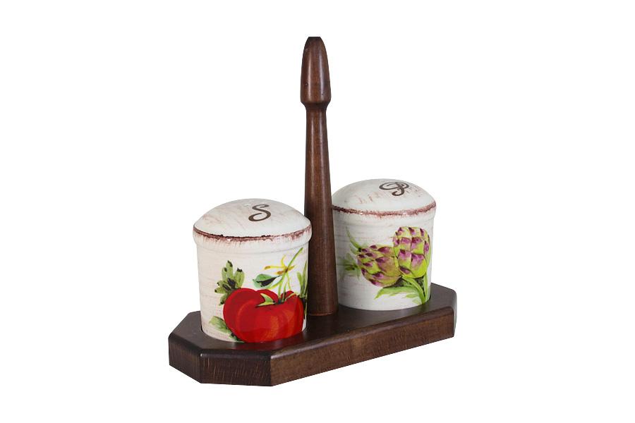 Набор для специй LCS Овощное ассорти, на подставке, 3 предметаLCS873L-VE-ALНабор для специй LCS Овощное ассорти, изготовленный из керамики, состоит из солонки и перечницы. Емкости декорированы изысканным изображением помещаются на специальную деревянную подставку. Солонка и перечница легки в использовании: стоит только перевернуть емкости, и вы с легкостью сможете поперчить или добавить соль по вкусу в любое блюдо.Набор LCS Овощное ассорти не только украсит стол, но и станет полезным аксессуаром как на кухне, так и за праздничным столом. Размер солонки и перечницы: 7 х 7 х 8,5 см. Размер подставки: 19,5 х 9,5 х 19,5 см.
